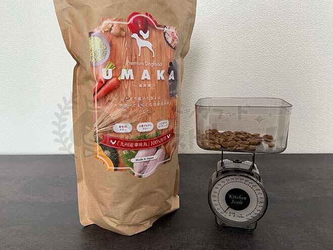 UMAKAドッグフードと計量器の写真